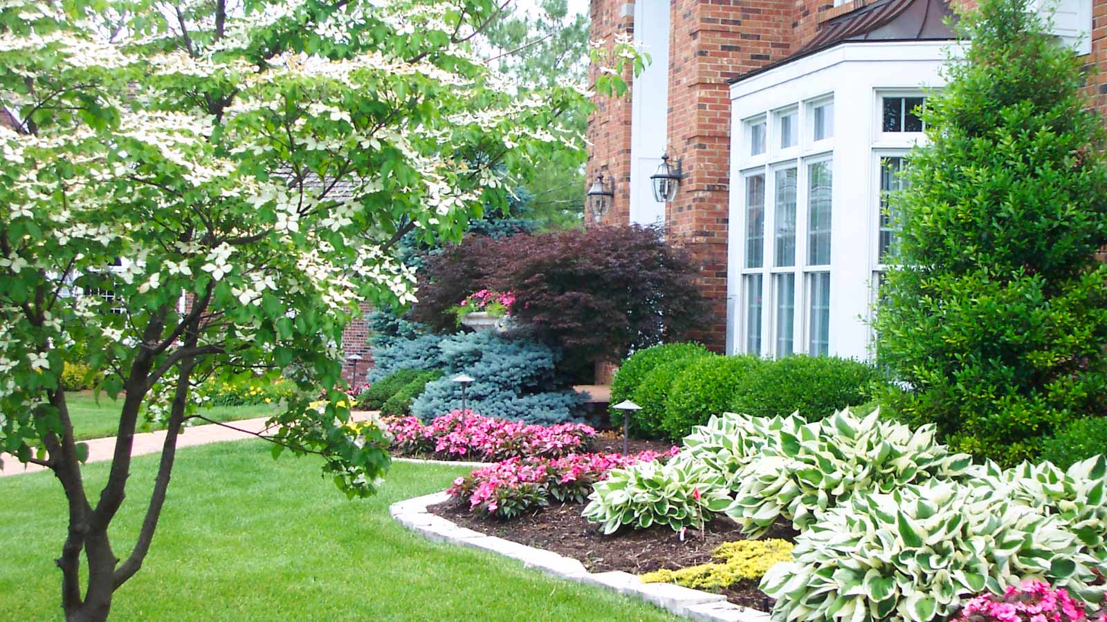 7 easy steps to hire professional landscaping services for for Professional landscaping ideas